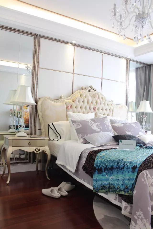 浅色印花床屏彰显欧式宫廷贵族风,色调清新,金色的床头柜,欧式白色